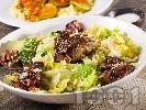 Рецепта Зелена салата от айсберг с пилешки дробчета, пресен зелен лук, сусам и кедрови ядки